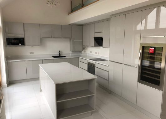 Pearl grey gloss Kitchen